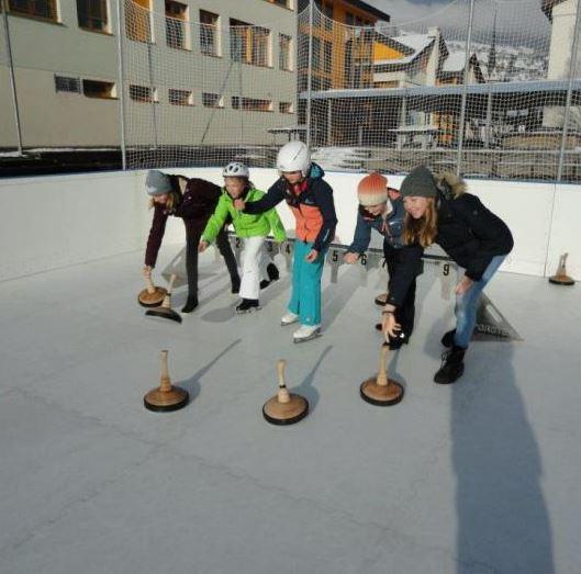 Synthetic Ice sorgt für Bewegung auf dem winterlichen Pausenplatz